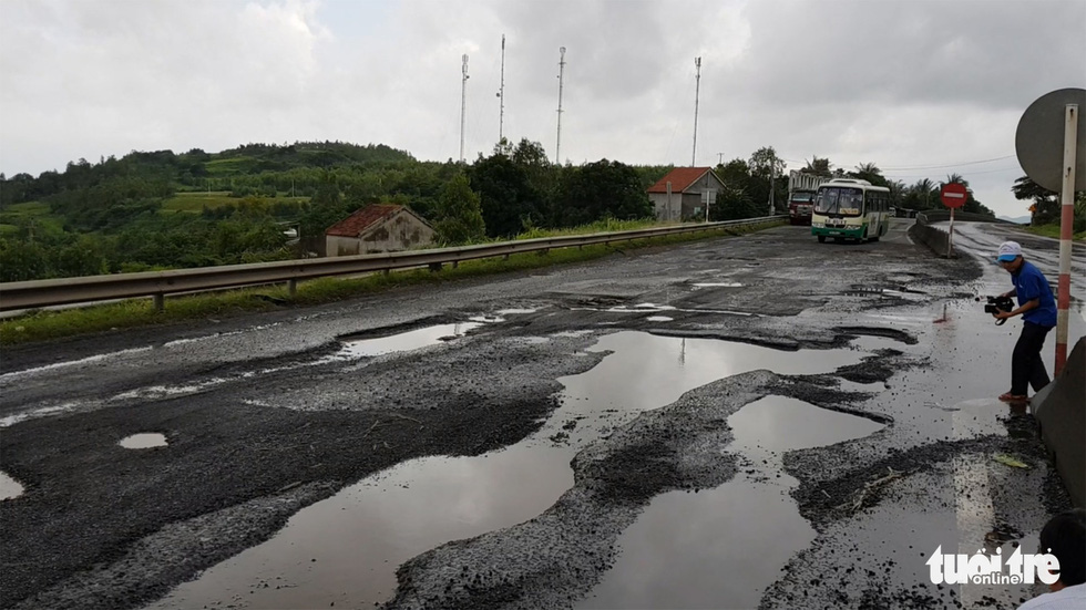 Quốc lộ 1 qua Phú Yên toàn ổ voi bẫy người đi đường - Ảnh 1.