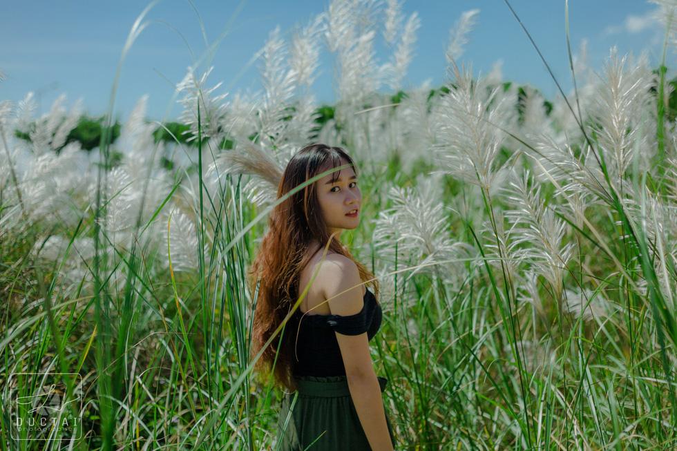 Trai xinh gái đẹp diễn sâu giữa đồng cỏ lau Đà Nẵng - Ảnh 2.