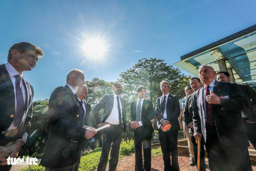 Thủ tướng Pháp thăm di tích Điện Biên Phủ - Ảnh 13.