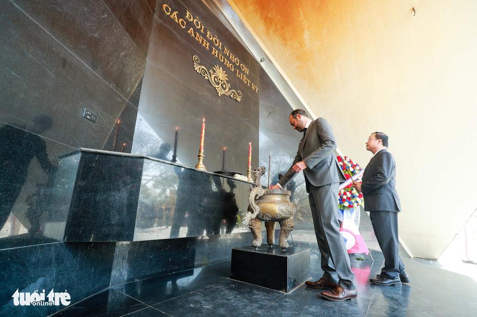 Thủ tướng Pháp thăm di tích Điện Biên Phủ - Ảnh 6.