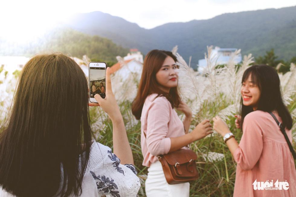 Trai xinh gái đẹp diễn sâu giữa đồng cỏ lau Đà Nẵng - Ảnh 11.