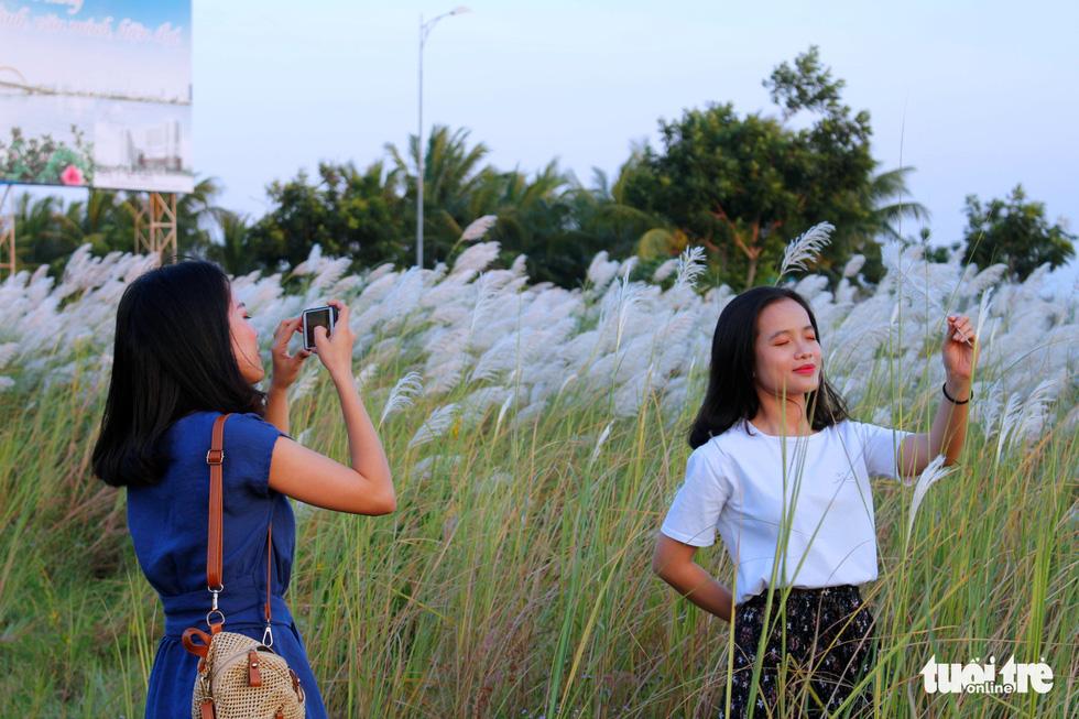 Trai xinh gái đẹp diễn sâu giữa đồng cỏ lau Đà Nẵng - Ảnh 14.