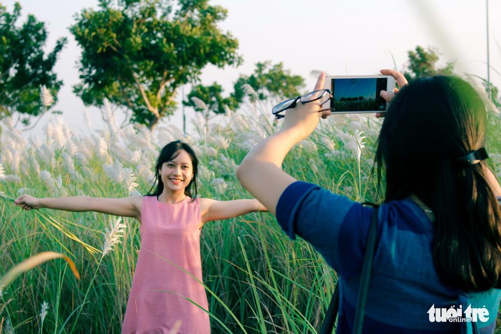 Trai xinh gái đẹp diễn sâu giữa đồng cỏ lau Đà Nẵng - Ảnh 7.