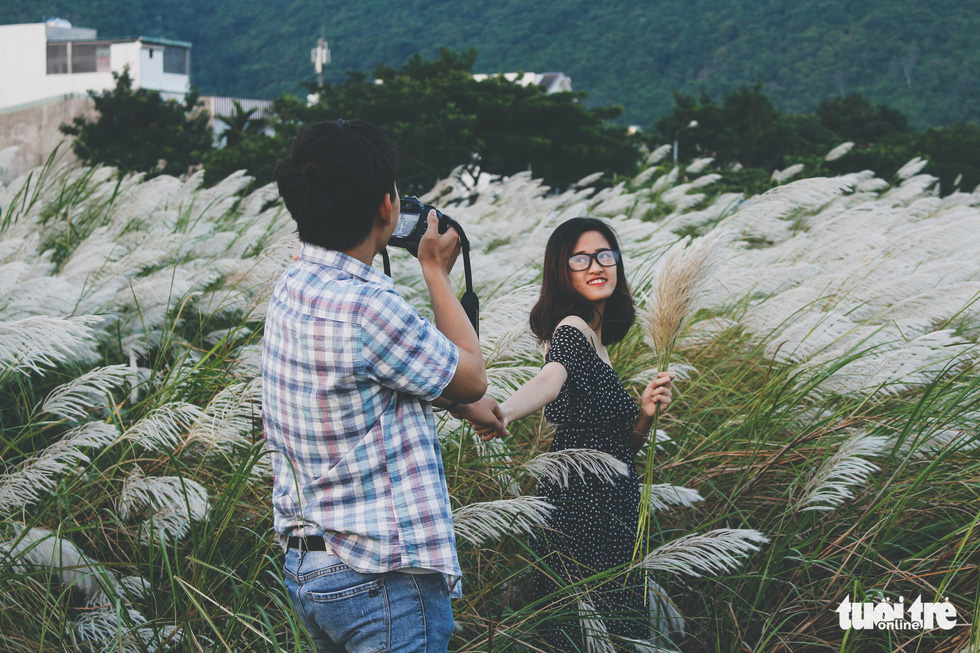 Trai xinh gái đẹp diễn sâu giữa đồng cỏ lau Đà Nẵng - Ảnh 3.