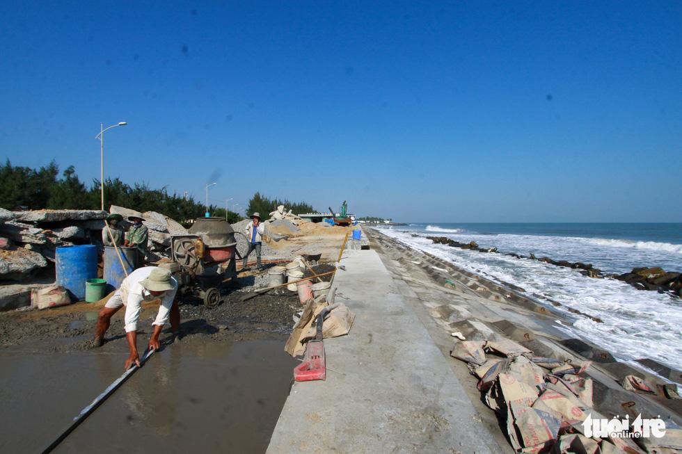 Bêtông đúc 3 tấn gia cố kè biển Cửa Đại trước mùa bão - Ảnh 2.