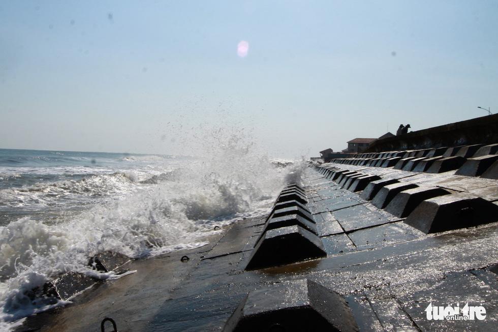 Bêtông đúc 3 tấn gia cố kè biển Cửa Đại trước mùa bão - Ảnh 3.
