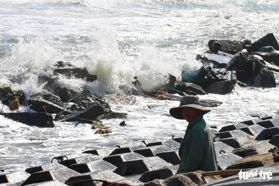 Bêtông đúc 3 tấn gia cố kè biển Cửa Đại trước mùa bão - Ảnh 4.