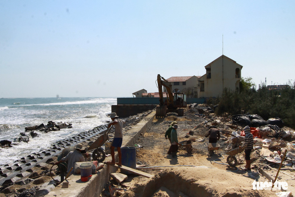 Bêtông đúc 3 tấn gia cố kè biển Cửa Đại trước mùa bão - Ảnh 1.
