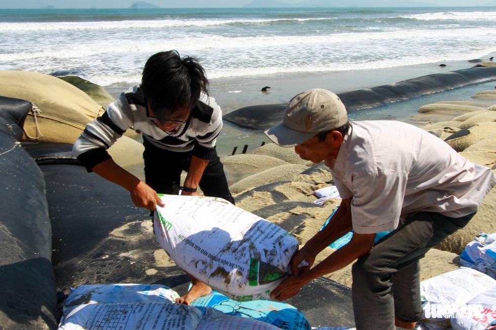 Bêtông đúc 3 tấn gia cố kè biển Cửa Đại trước mùa bão - Ảnh 6.