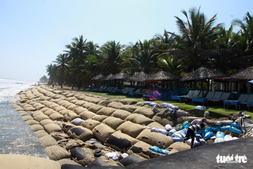 Bêtông đúc 3 tấn gia cố kè biển Cửa Đại trước mùa bão - Ảnh 5.