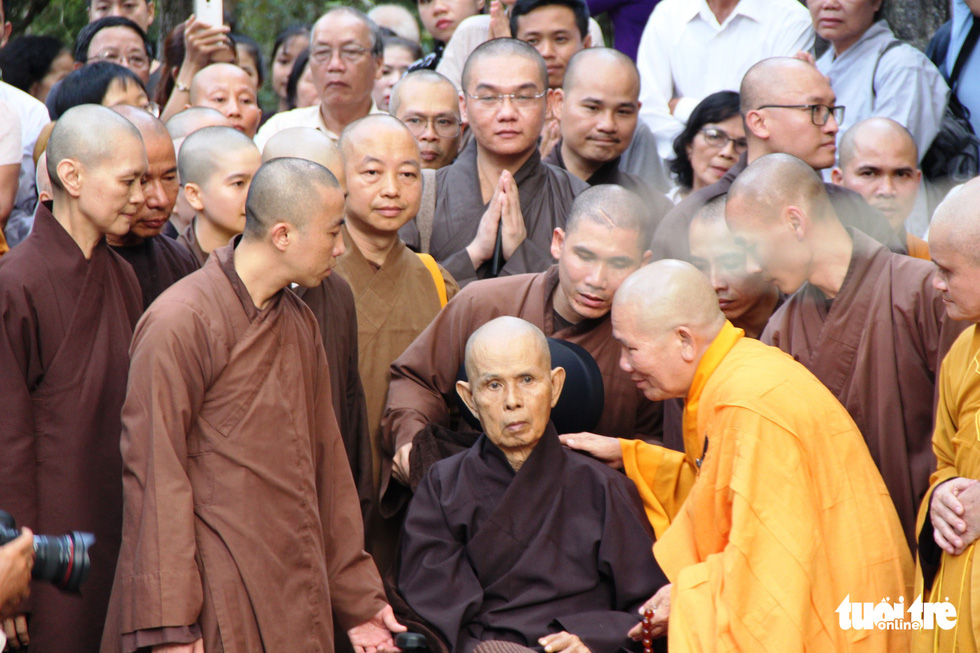 Người dân đến chùa Từ Hiếu chờ gặp thiền sư Thích Nhất Hạnh - Ảnh 2.