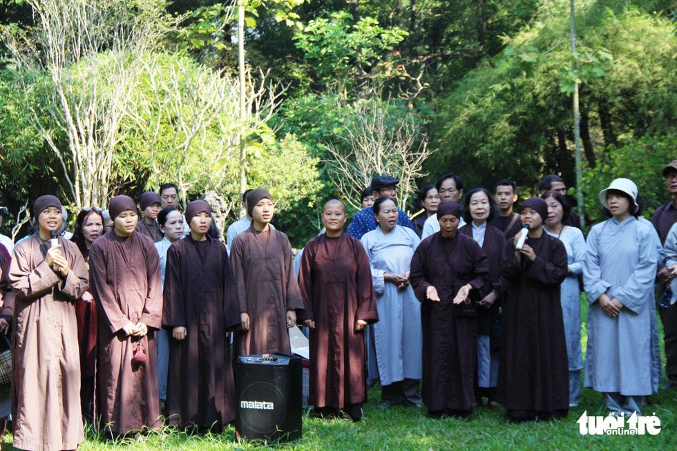 Người dân đến chùa Từ Hiếu chờ gặp thiền sư Thích Nhất Hạnh - Ảnh 5.