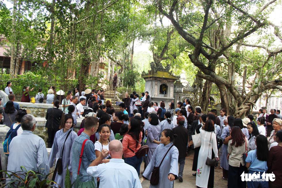 Người dân đến chùa Từ Hiếu chờ gặp thiền sư Thích Nhất Hạnh - Ảnh 1.