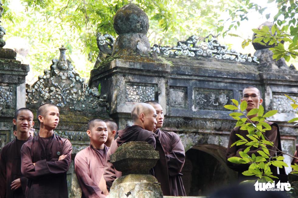 Người dân đến chùa Từ Hiếu chờ gặp thiền sư Thích Nhất Hạnh - Ảnh 9.