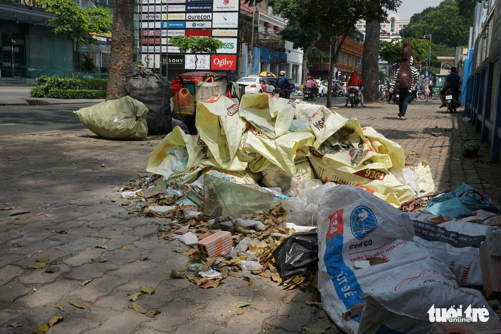 Rác, rác và rác tràn lan đường phố Sài Gòn - Ảnh 2.