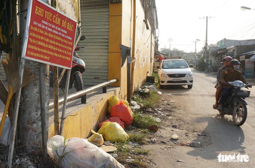 Rác, rác và rác tràn lan đường phố Sài Gòn - Ảnh 1.