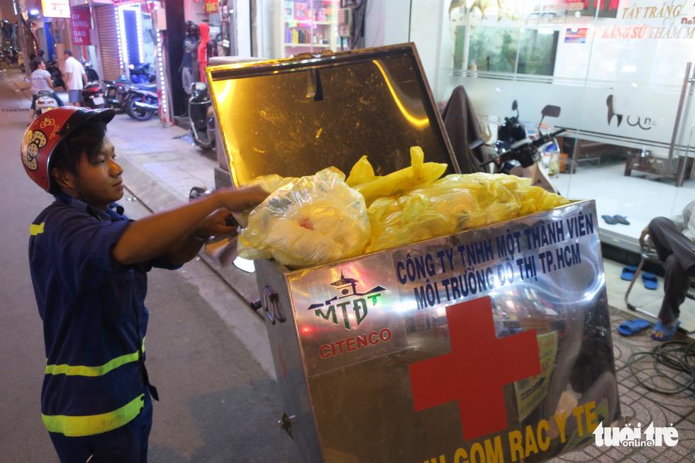 Rác, rác và rác tràn lan đường phố Sài Gòn - Ảnh 4.