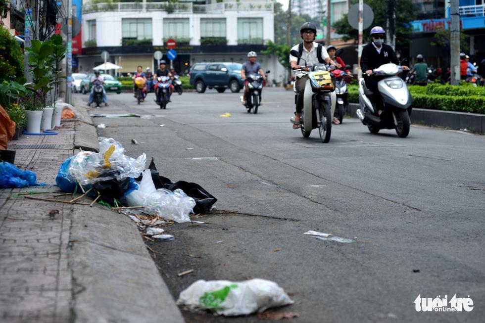 Rác, rác và rác tràn lan đường phố Sài Gòn - Ảnh 6.
