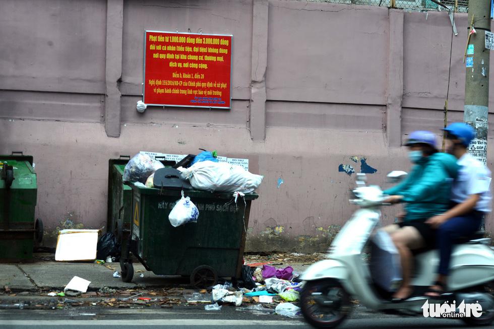 Rác, rác và rác tràn lan đường phố Sài Gòn - Ảnh 7.