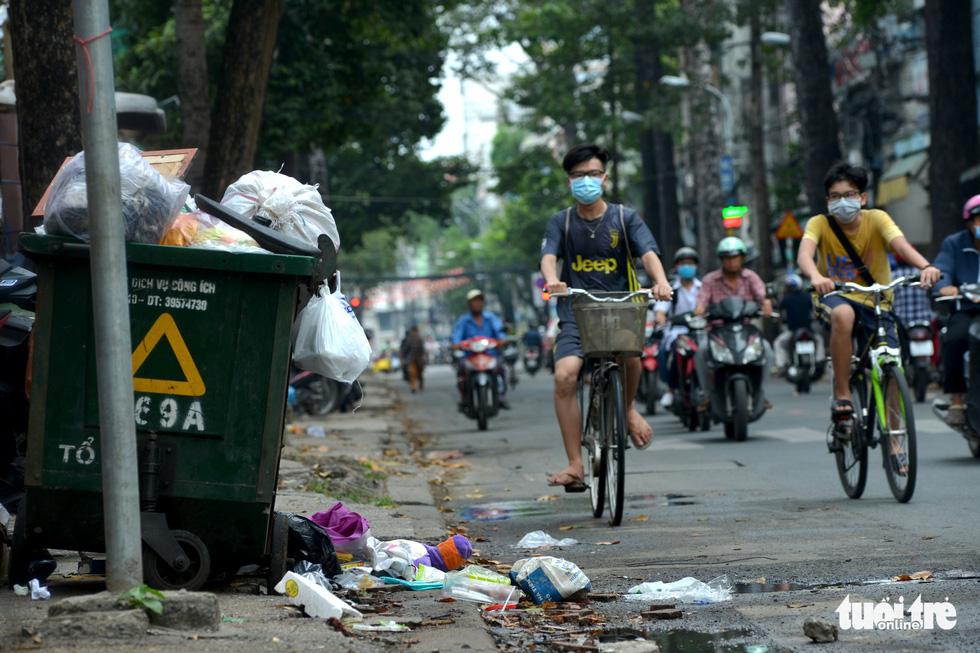 Rác, rác và rác tràn lan đường phố Sài Gòn - Ảnh 8.