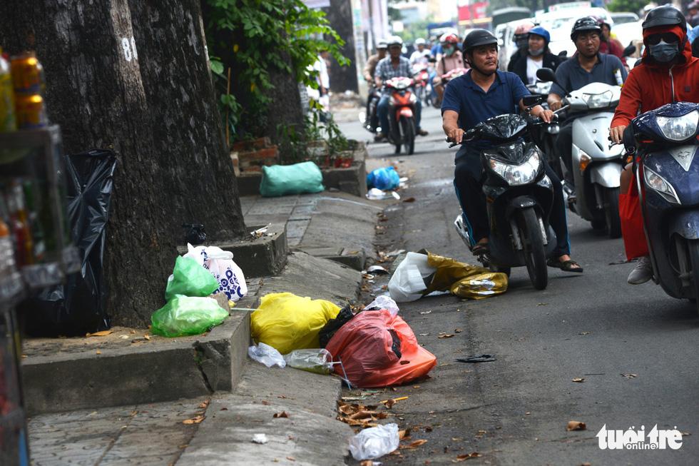 Rác, rác và rác tràn lan đường phố Sài Gòn - Ảnh 9.
