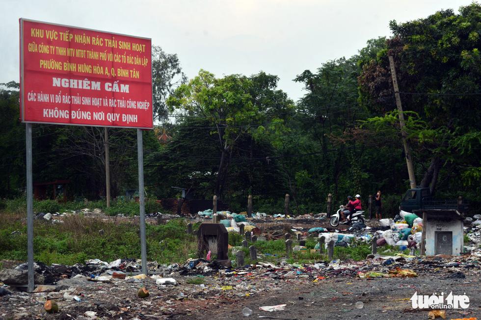 Rác, rác và rác tràn lan đường phố Sài Gòn - Ảnh 10.