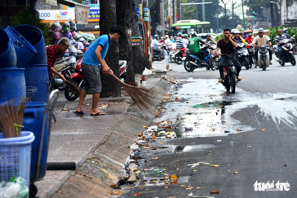 Rác, rác và rác tràn lan đường phố Sài Gòn - Ảnh 11.