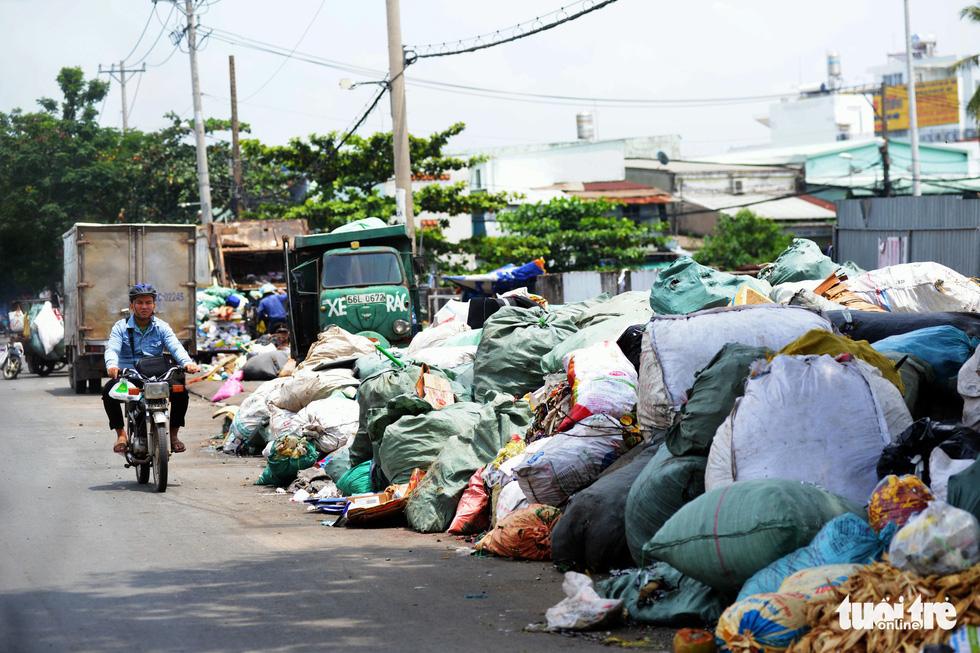 Rác, rác và rác tràn lan đường phố Sài Gòn - Ảnh 12.