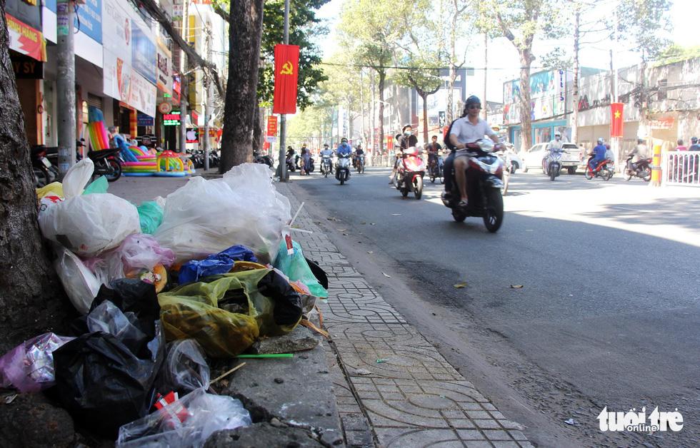 Rác, rác và rác tràn lan đường phố Sài Gòn - Ảnh 13.