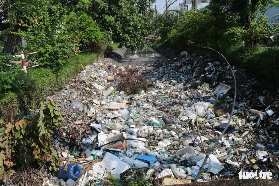 Rác, rác và rác tràn lan đường phố Sài Gòn - Ảnh 14.