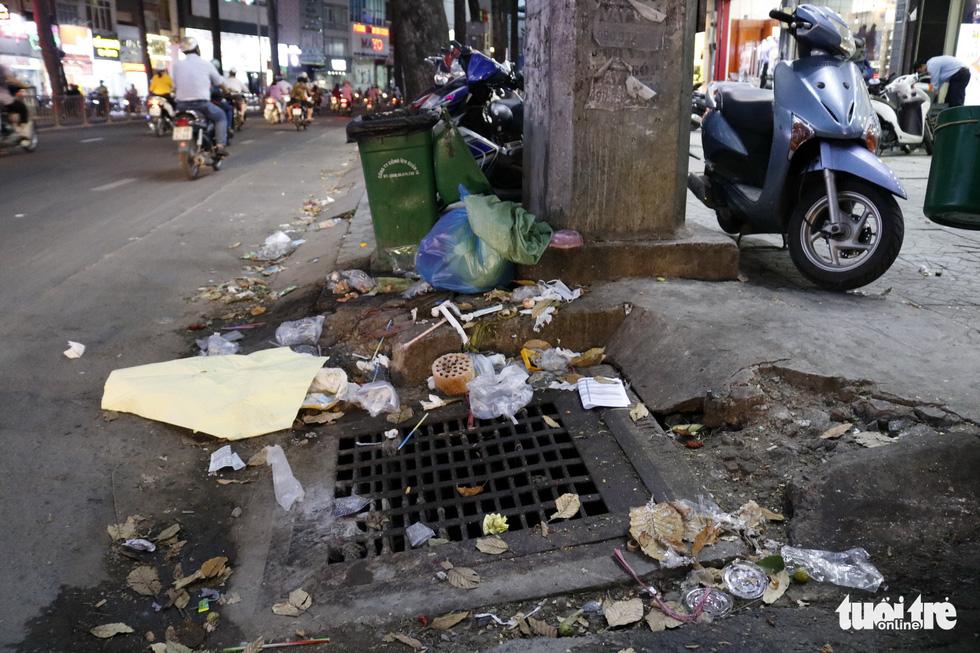 Rác, rác và rác tràn lan đường phố Sài Gòn - Ảnh 18.