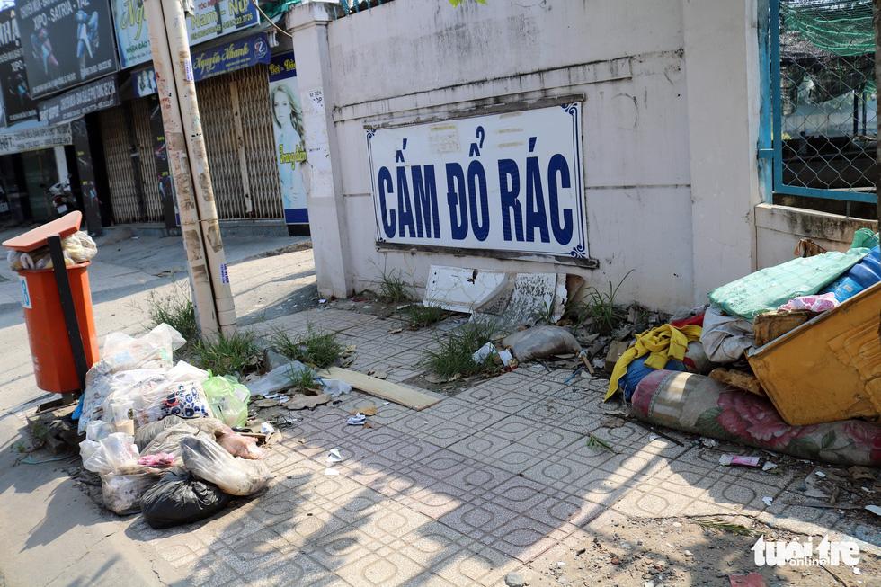 Rác, rác và rác tràn lan đường phố Sài Gòn - Ảnh 19.