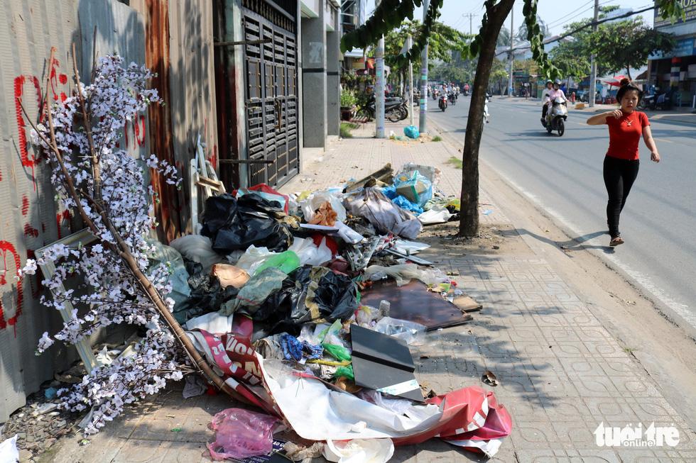 Rác, rác và rác tràn lan đường phố Sài Gòn - Ảnh 20.