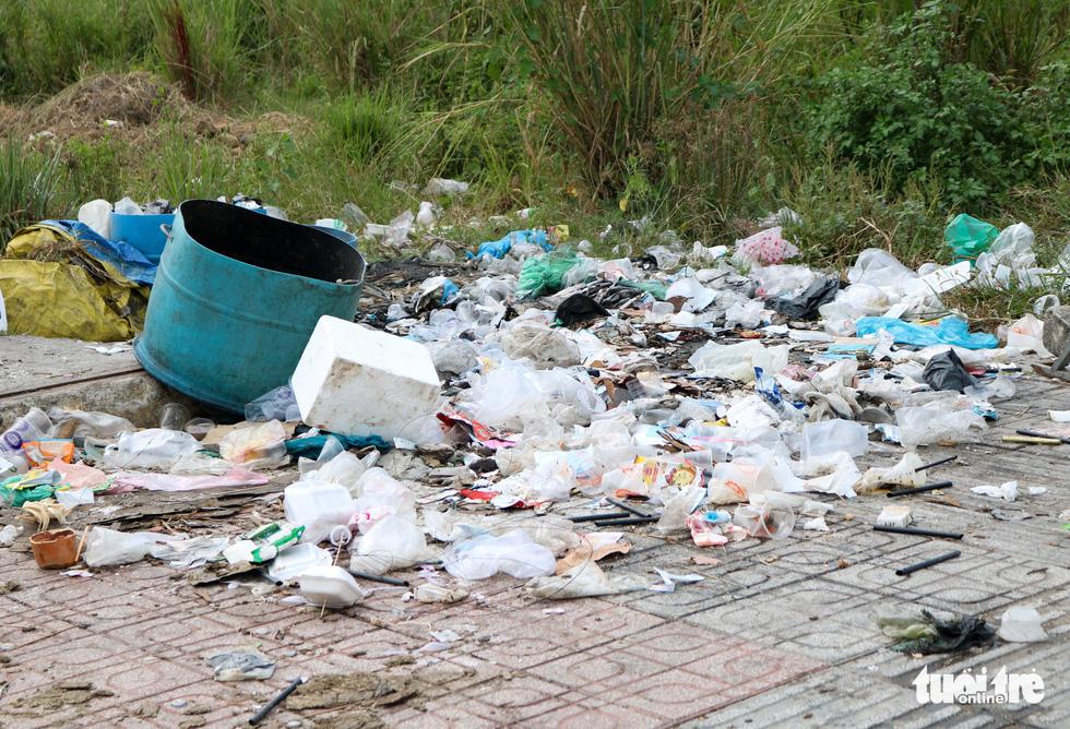 Rác, rác và rác tràn lan đường phố Sài Gòn - Ảnh 16.
