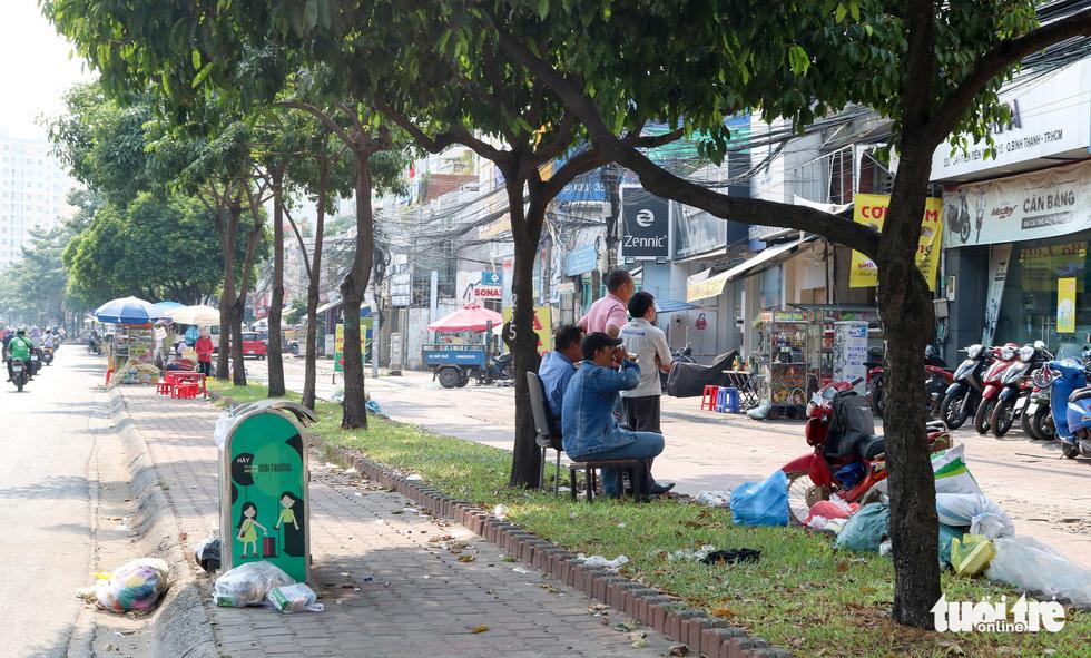 Rác, rác và rác tràn lan đường phố Sài Gòn - Ảnh 17.