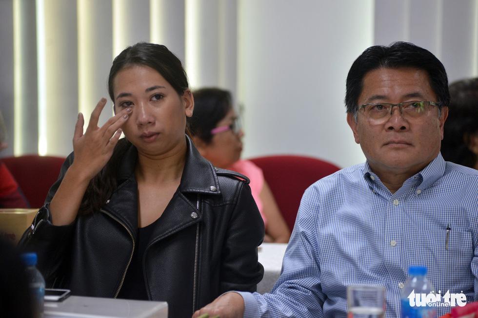 Con nuôi gốc Việt bật khóc khi gặp mẹ ruột - Ảnh 3.