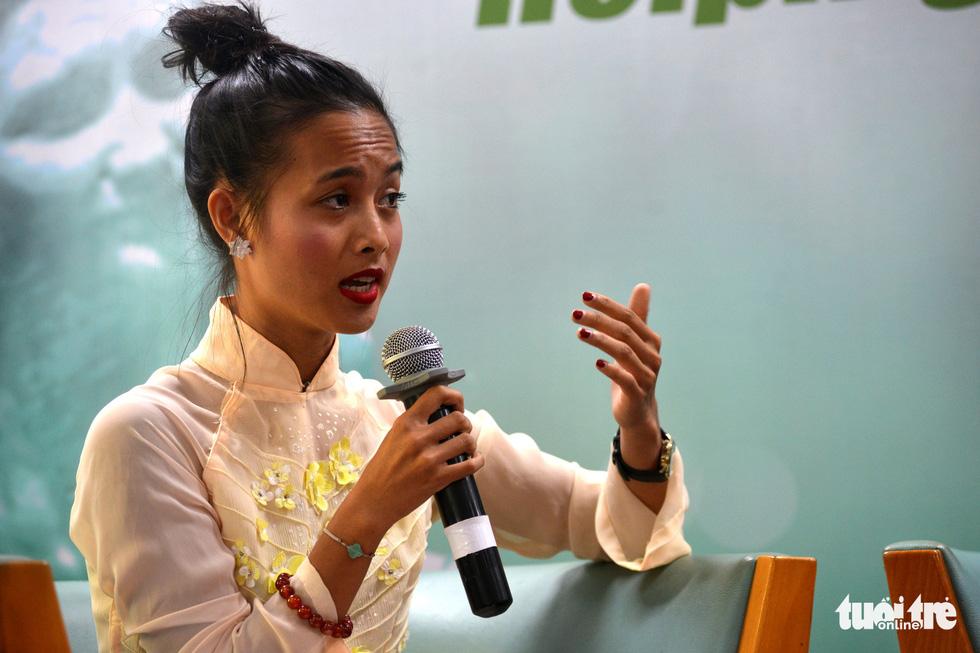 Con nuôi gốc Việt bật khóc khi gặp mẹ ruột - Ảnh 4.