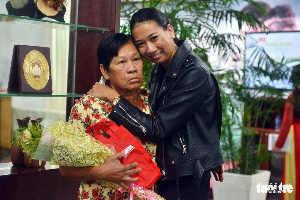 Con nuôi gốc Việt bật khóc khi gặp mẹ ruột - Ảnh 1.