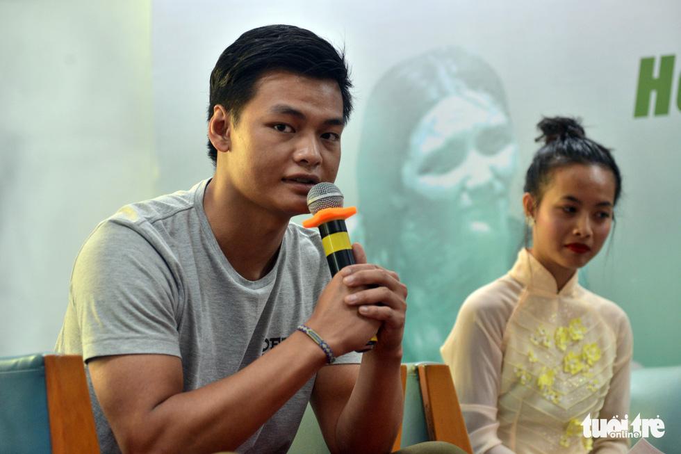 Con nuôi gốc Việt bật khóc khi gặp mẹ ruột - Ảnh 6.