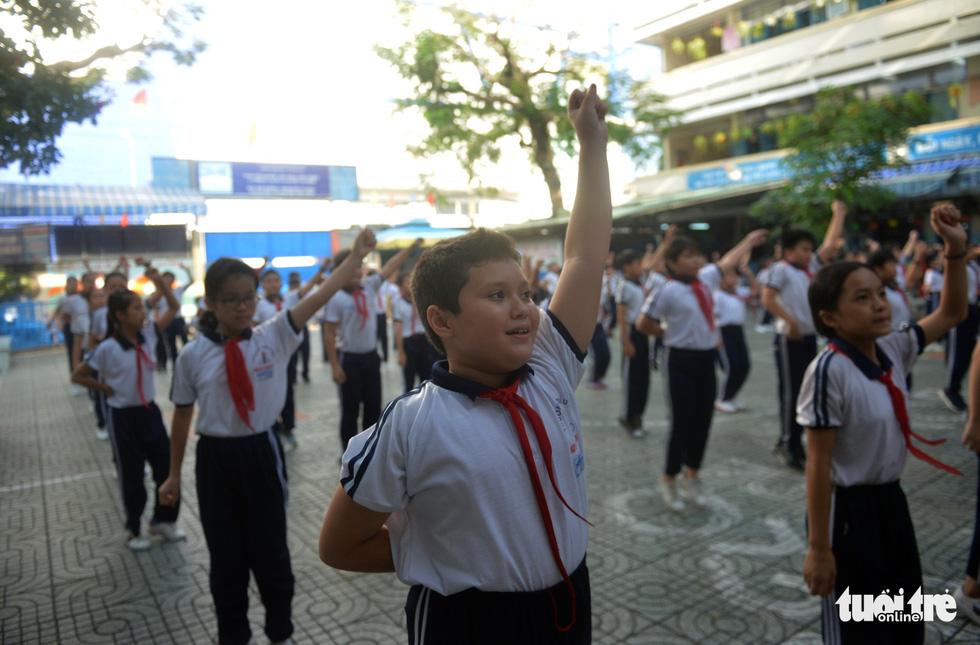 Học trò Sài Gòn thích thú tập thể dục với nhạc võ Vovinam - Ảnh 2.