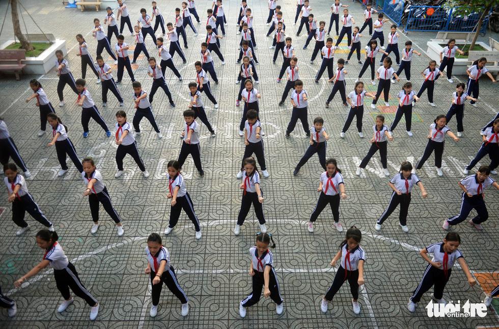 Học trò Sài Gòn thích thú tập thể dục với nhạc võ Vovinam - Ảnh 4.
