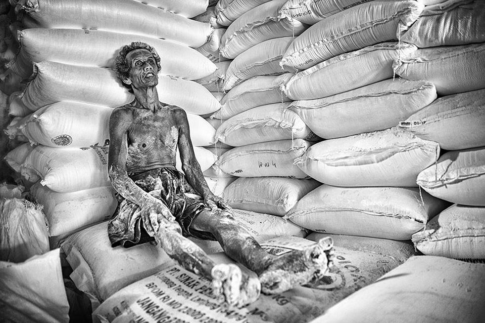 Người đàn ông làm việc nặng nhọc trong một nhà máy ở Indonesia tranh thủ nghỉ ngơi giây lát - giải Danh dự hạng mục Chân dung và con người