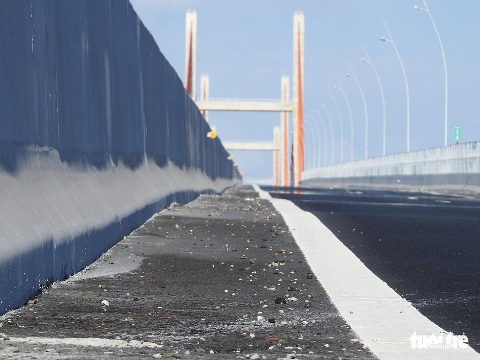 Cận cảnh sóng lượn trên bề mặt cầu 7.200 tỉ mới thông xe - Ảnh 1.
