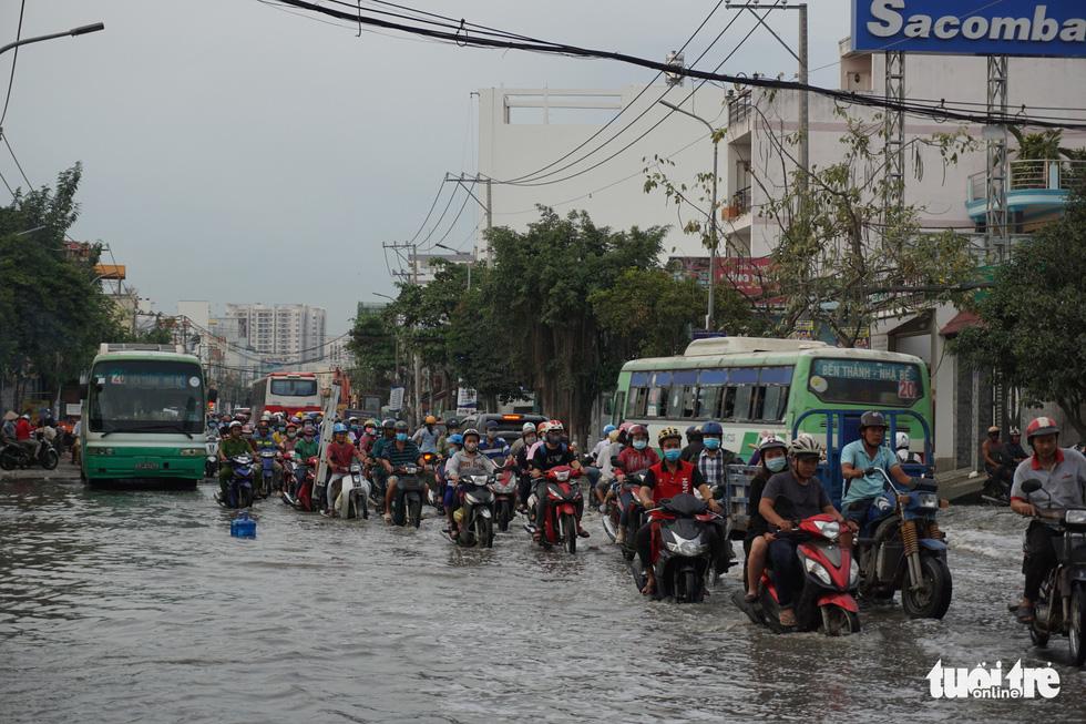 Dân Sài Gòn vất vả trong triều cường - Ảnh 16.
