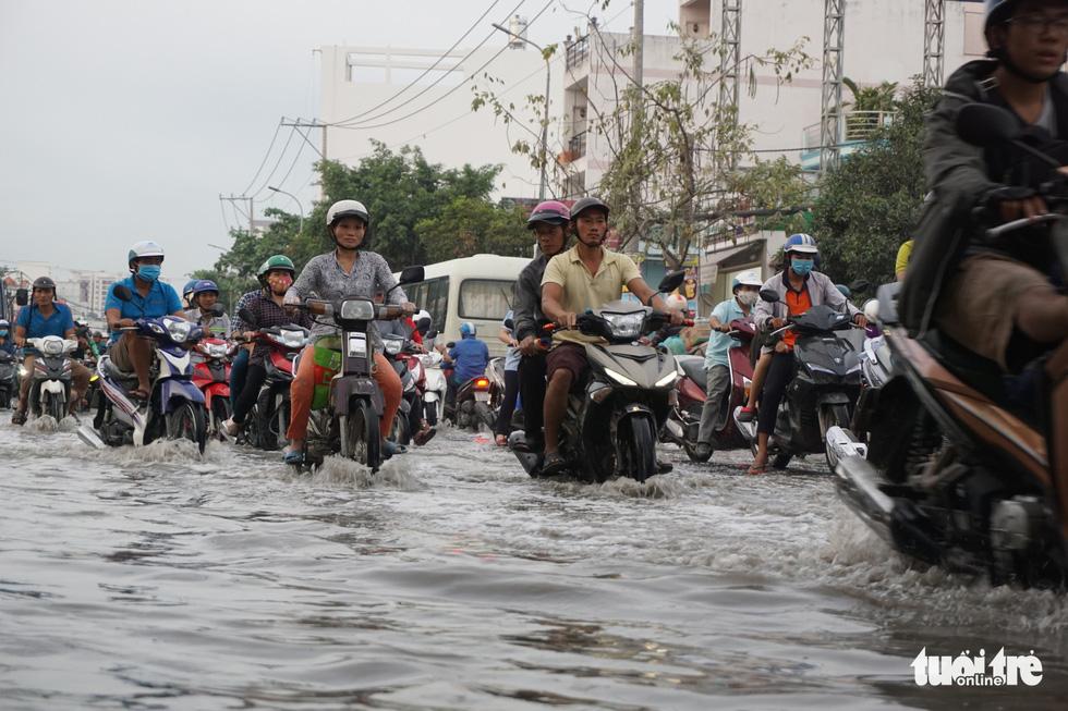 Dân Sài Gòn vất vả trong triều cường - Ảnh 17.