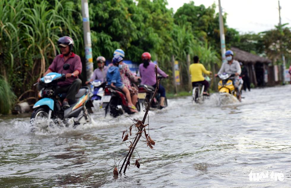 Dân Sài Gòn vất vả trong triều cường - Ảnh 2.