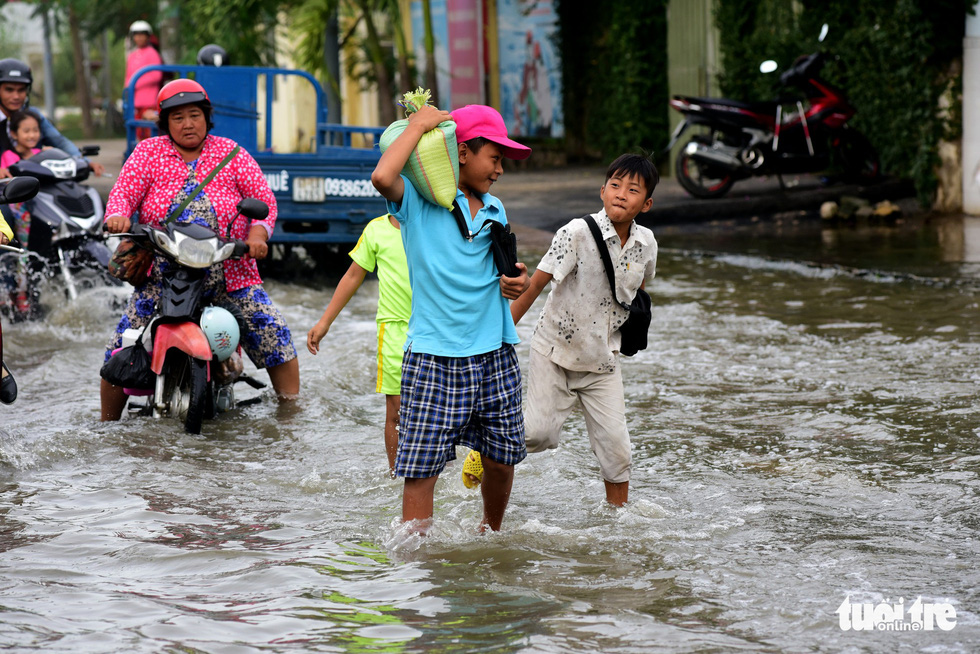 Dân Sài Gòn vất vả trong triều cường - Ảnh 5.