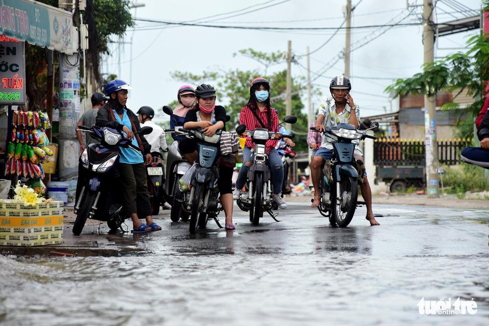 Dân Sài Gòn vất vả trong triều cường - Ảnh 6.