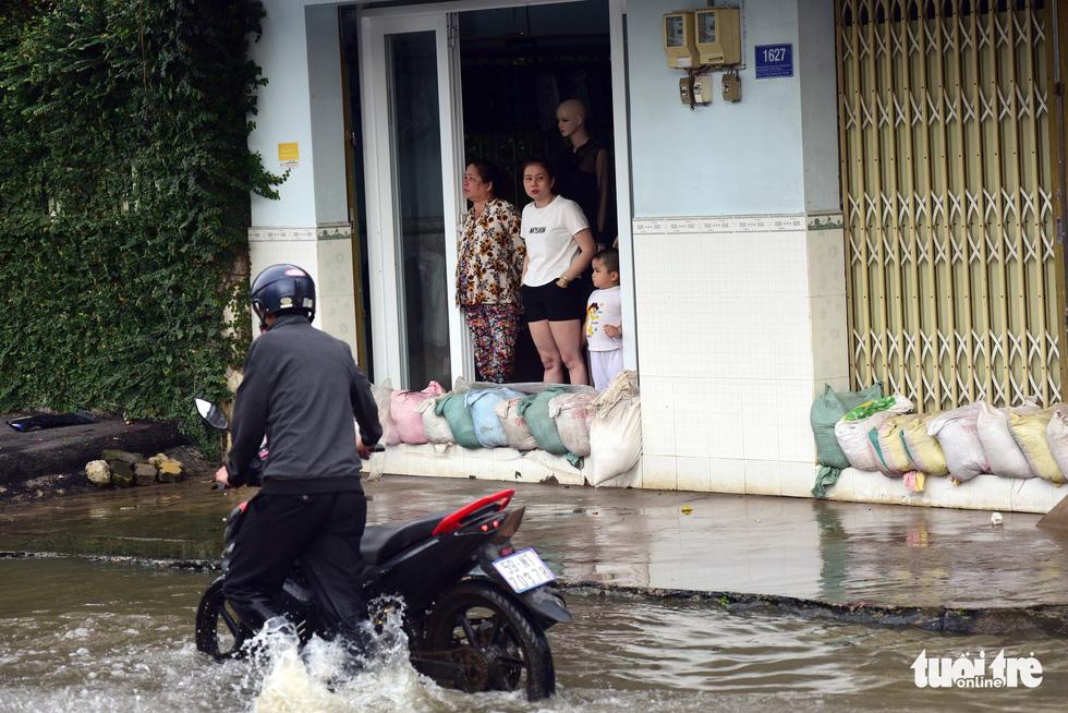 Dân Sài Gòn vất vả trong triều cường - Ảnh 15.