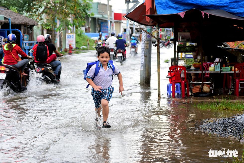 Dân Sài Gòn vất vả trong triều cường - Ảnh 9.